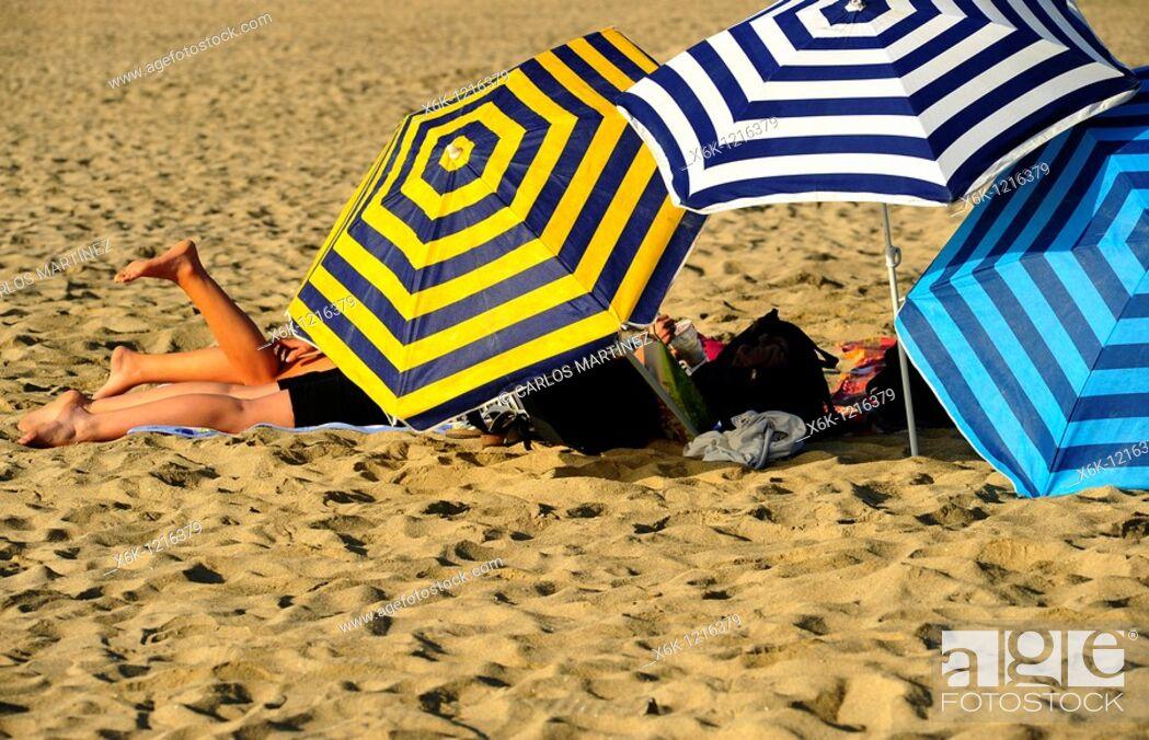 Stock Photo: Sombrillas de bañistas en la playa de la Barceloneta, Barcelona, Catalunya, España.