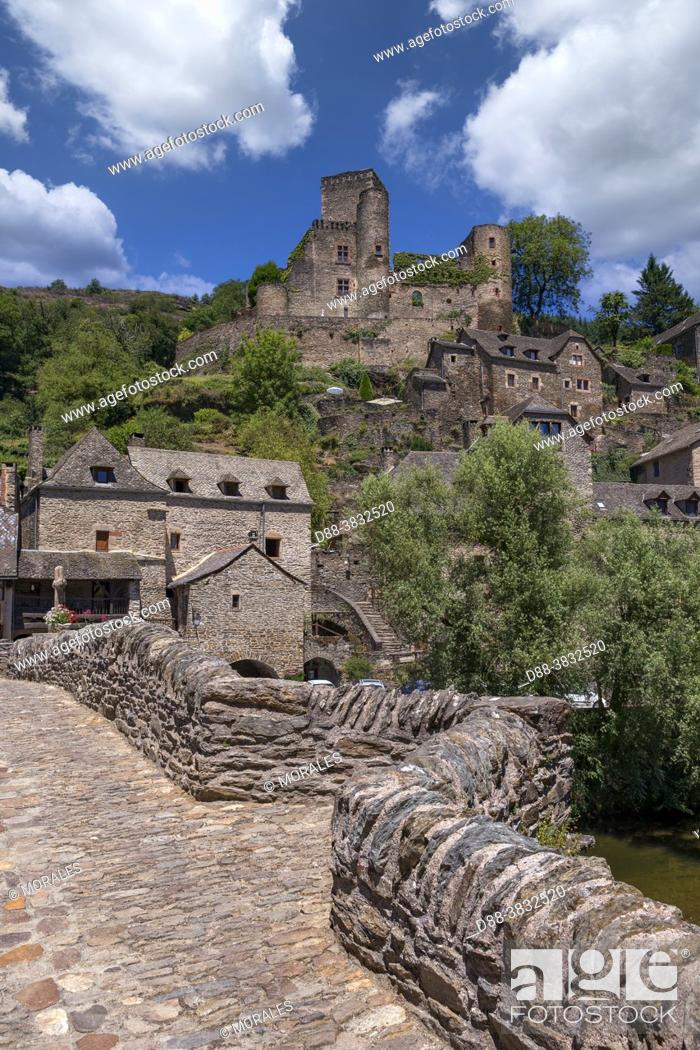 Stock Photo: France, Occitanie Region, Aveyron (department 12), Village of Belcastel, former stage on the road to Saint-Jacques-de-Compostelle.