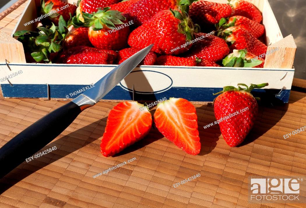Stock Photo: Frische Erdbeeren in der Obstkiste.