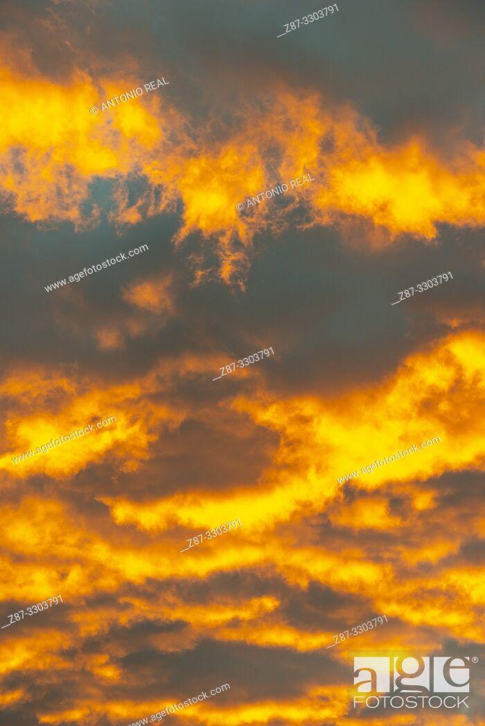 Imagen: Clouds at sunrise. Almansa. Albacete province, Castile-La Mancha, Spain.