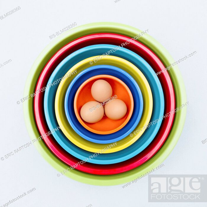 Imagen: Eggs in colorful nesting bowls.