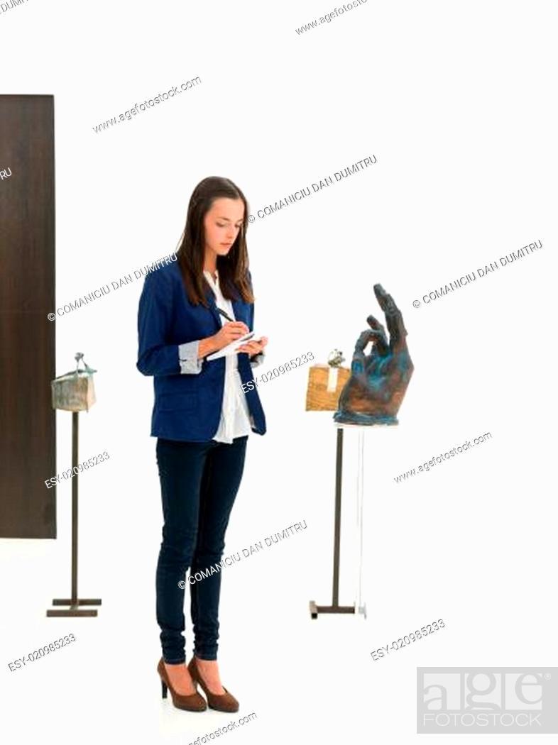 Imagen: woman taking notes in an art gallery.