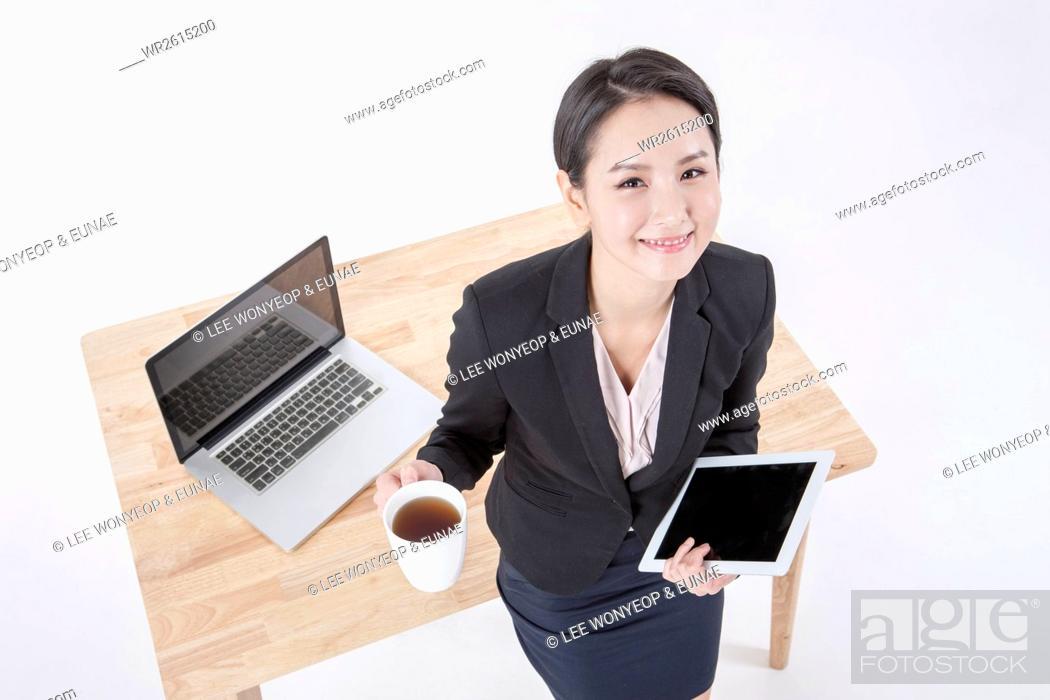 Imagen: Smiling businesswoman at work.