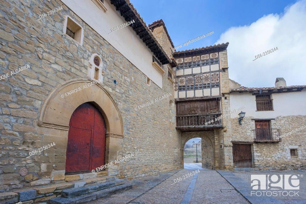 Imagen: Portal of the Nuns town gate, Mirambell, Maestrazgo, Teruel, Spain.