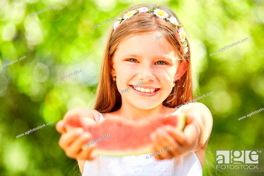 Imagen: Hilfsbereites Mädchen möchte von ihrer Wassermelone etwas abgeben.