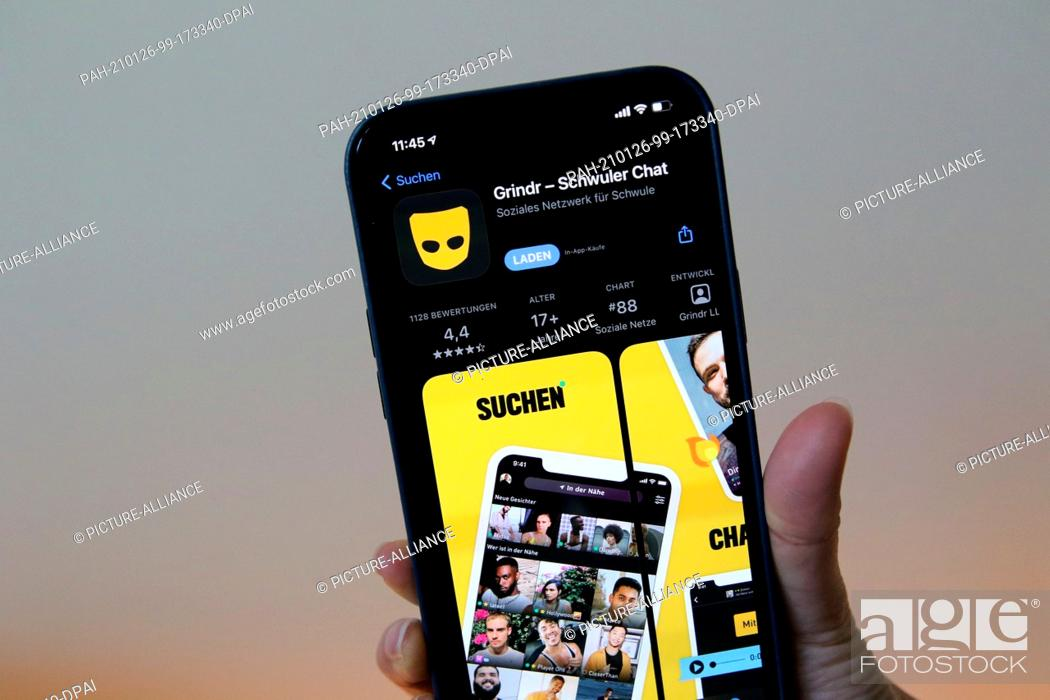 Imagen: 26 January 2021, Berlin: A woman shows the Grindr app in Apple's App Store on an iPhone 12 Pro Max. The social network is to pay a fine of the equivalent of ·9.
