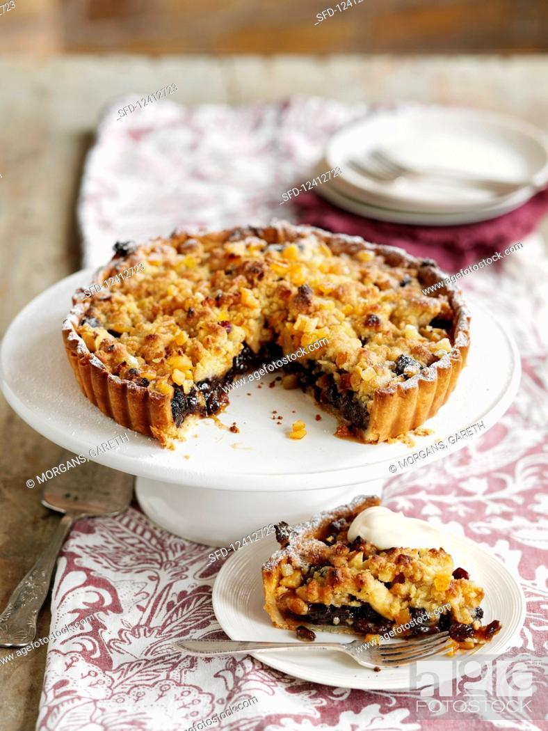 Photo de stock: A mincemeat crumble tart with pears.