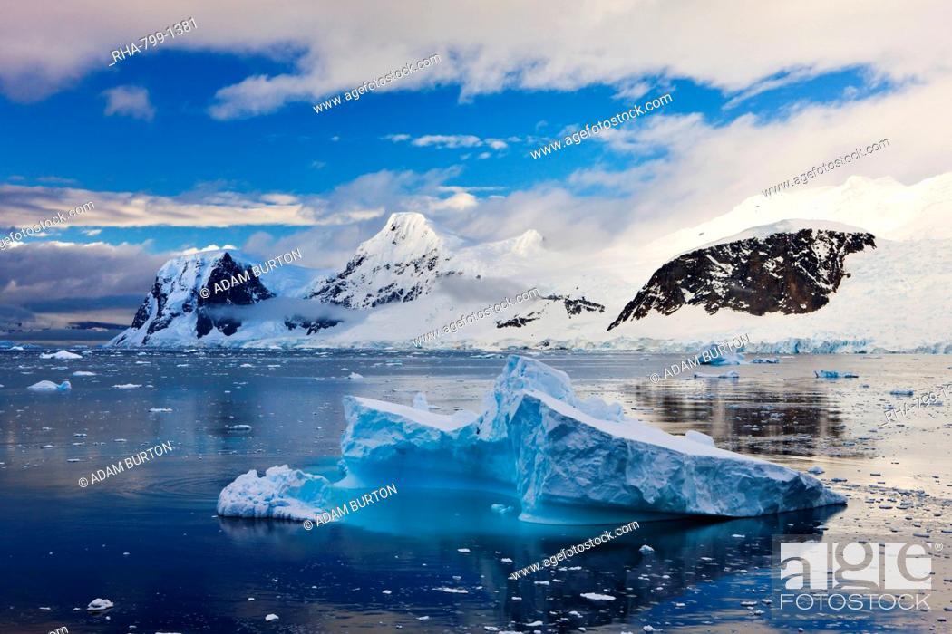 Imagen: Icebergs and mountains of the Antarctic Peninsula, Antarctica, Polar Regions.