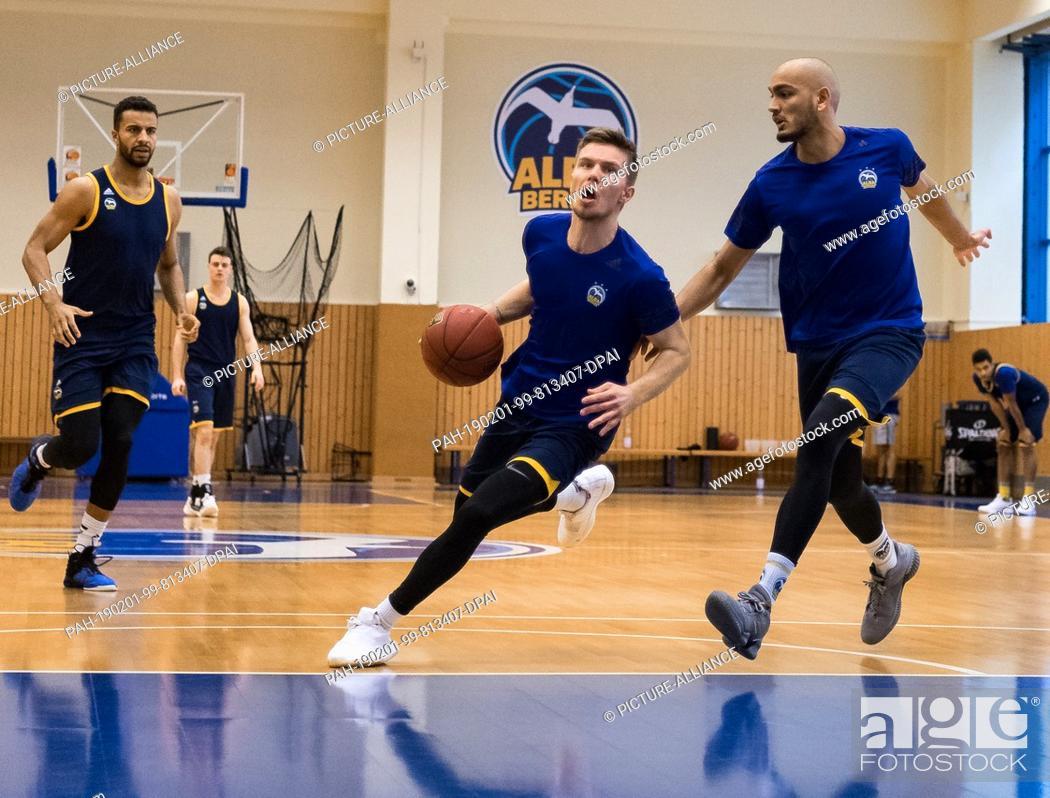 Photo de stock: 01 February 2019, Berlin: Basketball: Martin Hermannsson (M) and Stefan Peno train one day before the Bundesliga match of ALBA Berlin against Medi Bayreuth.