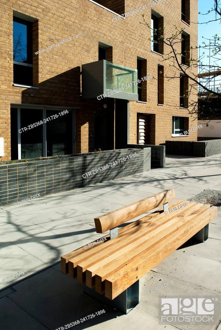 Imagen: Wooden bench on a pavement outside a housing development, Bow Cross, East London, UK.