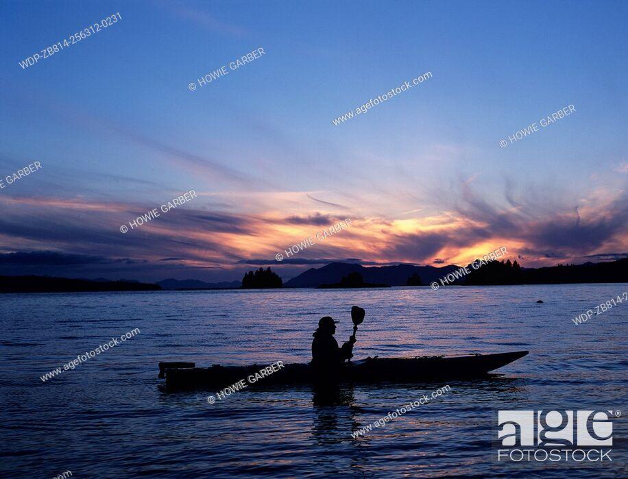 Imagen: Solo kayaker enjoyes sunset near Ketchikan, Alaska.
