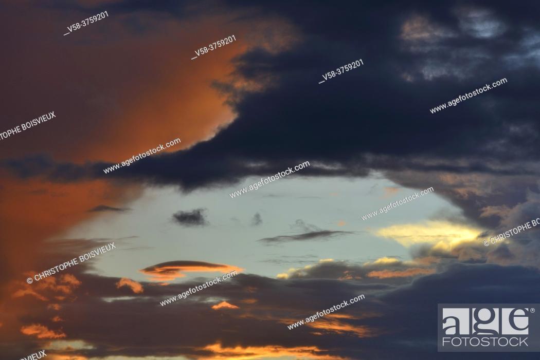 Imagen: Myanmar, Shan State, Inle Lake, Monsoon sky at sunset.
