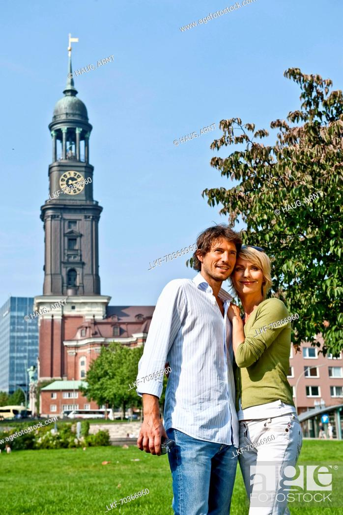 Imagen: Couple in front of St. Michaelis Church, Hamburg, Germany.