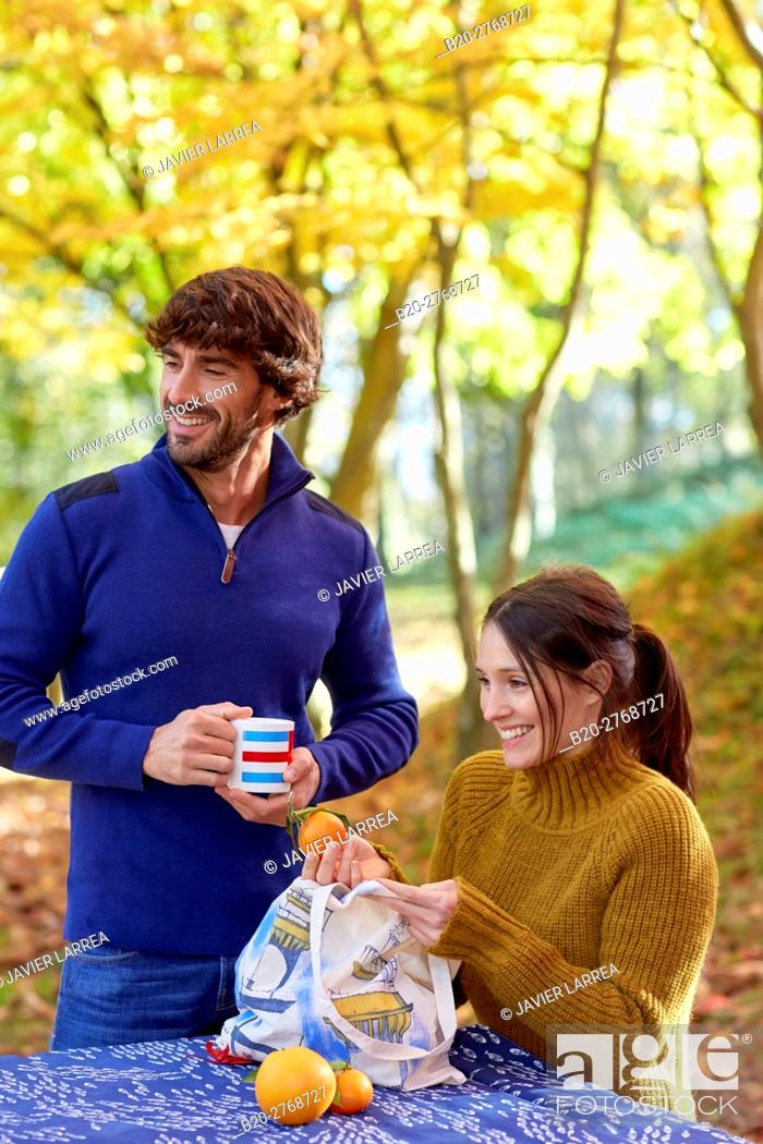 Imagen: Couple picnic in the forest, Autumn, Pagoetako Parke Naturala, Pagoeta Natural Park, Aya, Gipuzkoa, Basque Country, Spain.