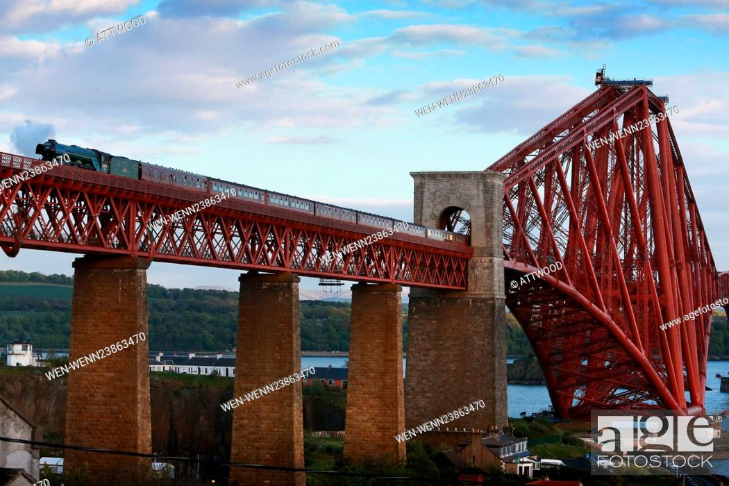 Imagen: Steam enthusiasts turn out to watch the Flying Scotsman travel North across the Forth Bridge in North Queensferry, Edinburgh on Sunday evening.