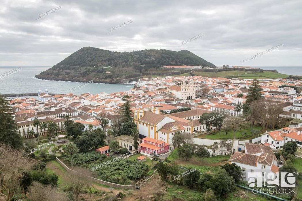 Imagen: Angra do Heroismo is World Heritage site in Azores islands Portugal, on January 2017. Panorama from Memoria obelisk.
