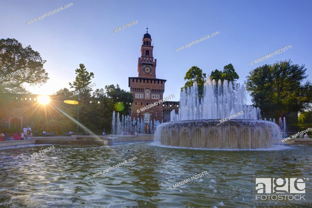 Imagen: Backlit shot of Sforza Castle in Milan, Italy.
