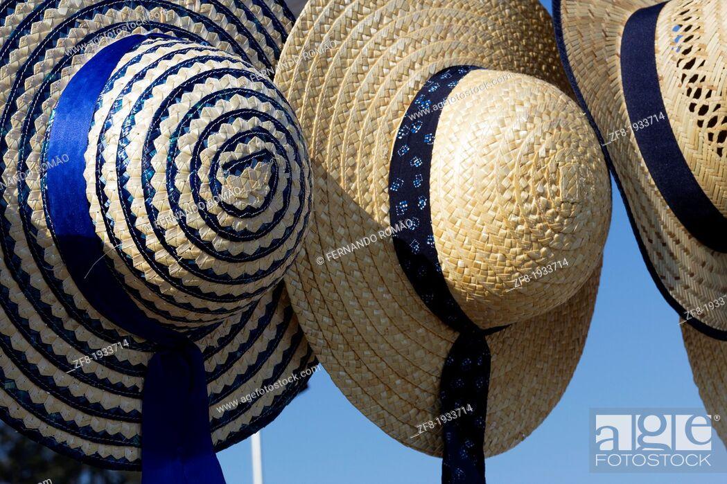 Imagen: Straw hat for sale at a street market, on Santa Comba Dão, Portugal.