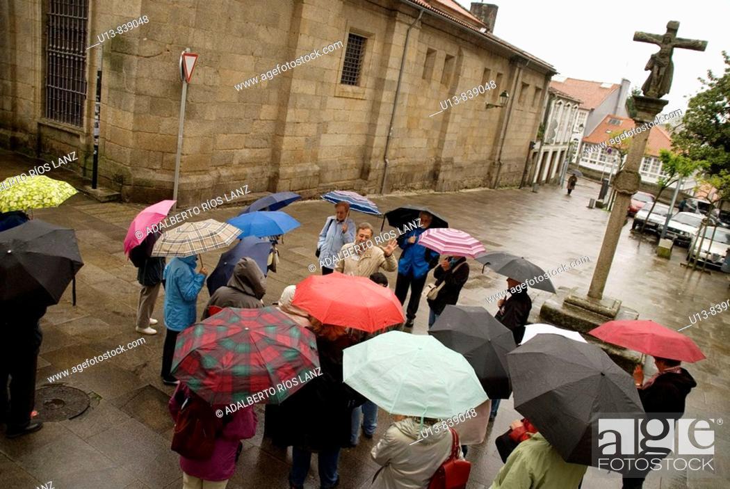 Stock Photo: TURISTAS CON PARAGUASTourists Carrying Umbrellas.