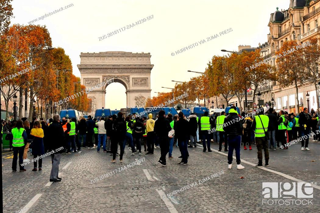 Imagen: November 17, 2018 - Paris, France - Face to face police and protesters 'Yellow Vests' (Gilets Jaunes in french) in the avenue of Champs-Elysees in Paris during.