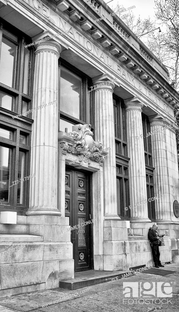 Imagen: A man reads a newspaper outside a branch of the Corn Exchange National Bank in Philadelphia.