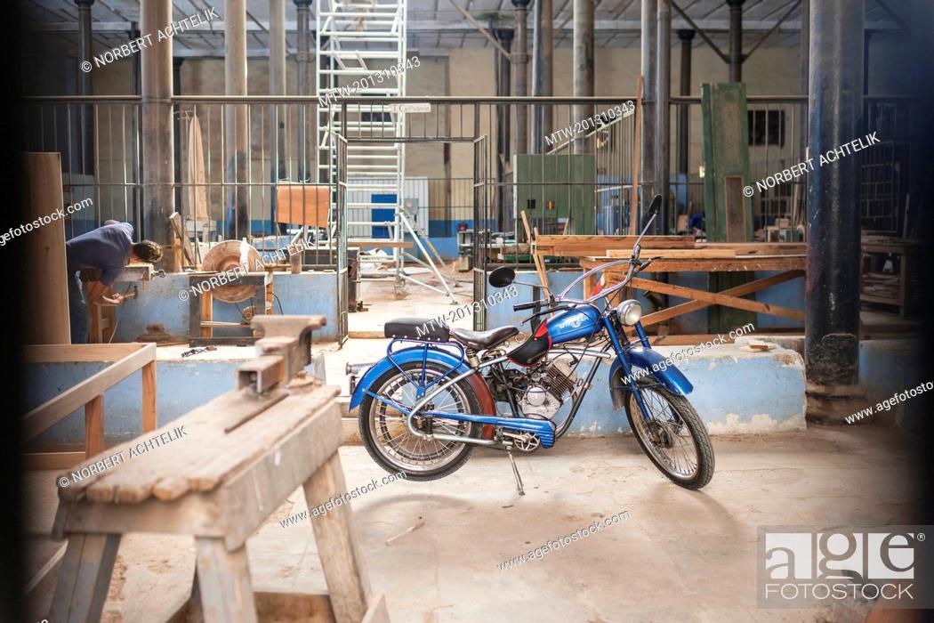 Imagen: Moped in workshop, Havana, Cuba.