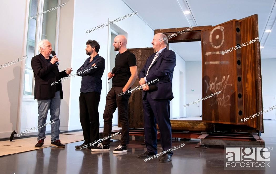 Imagen: 18 June 2019, Berlin: Dimitri Hegemann (l-r), founder of the Techno-Club Tresor and lender of the safe door, Paul Spies, director of the Stadtmuseum Berlin and.