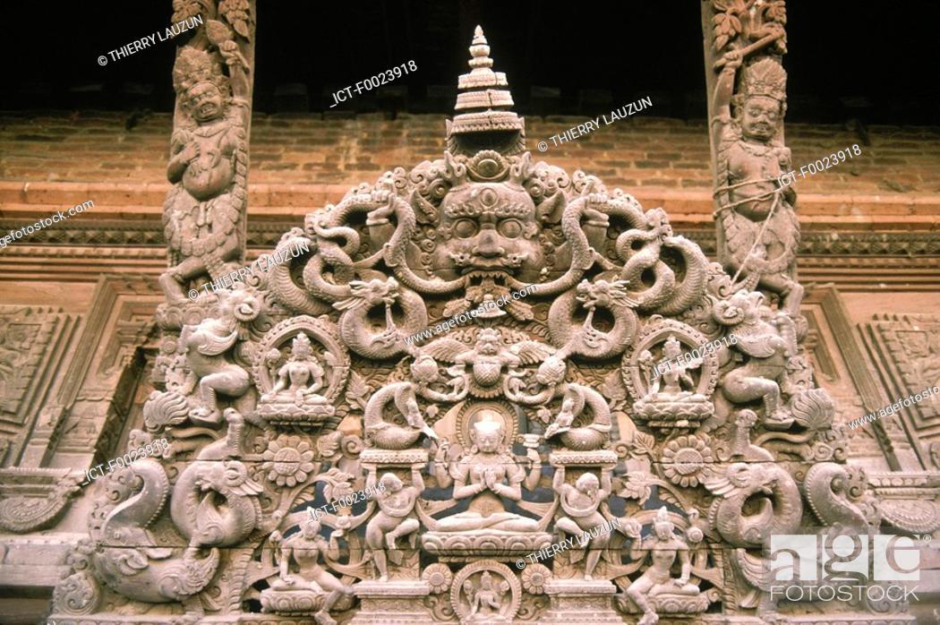 Imagen: Nepal, Kathmandu, temple, sculpted wooden tympanum.