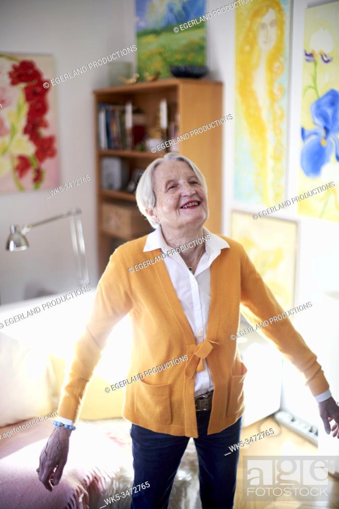 Imagen: Senior woman dancing at home alone.