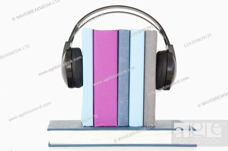 Imagen: Headphones around books.