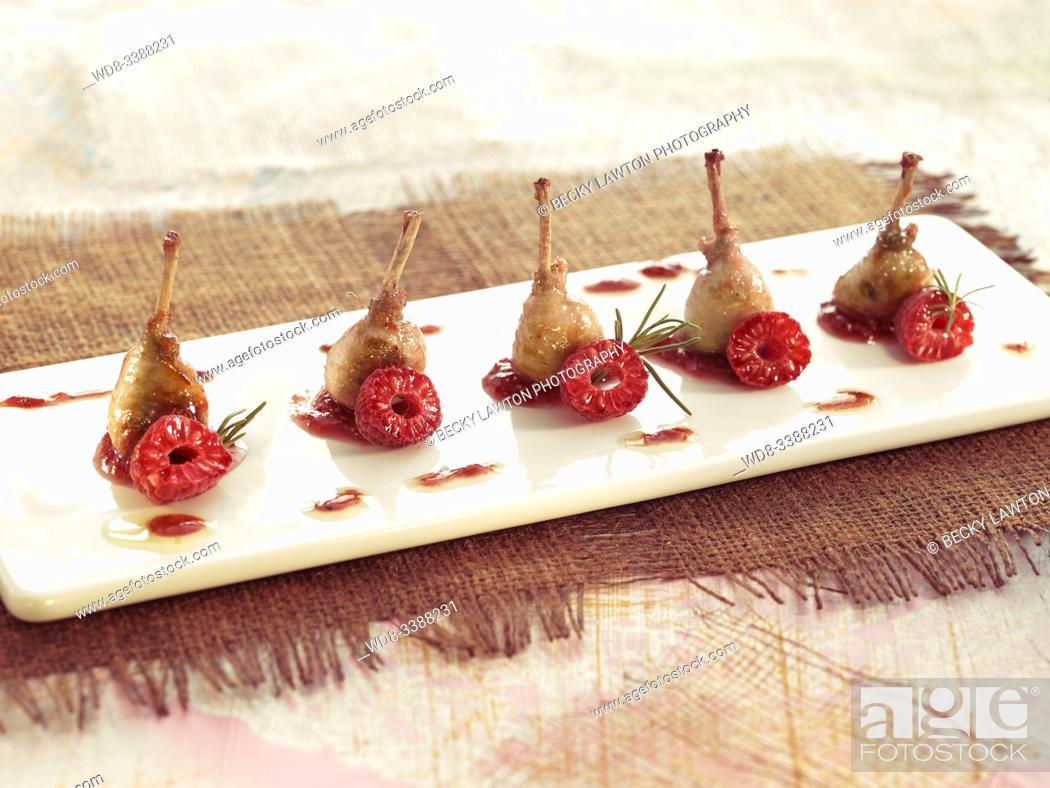 Stock Photo: chupa-chups de codorniz con salsa de frambuesa. / Quail lollipop with raspberry sauce.