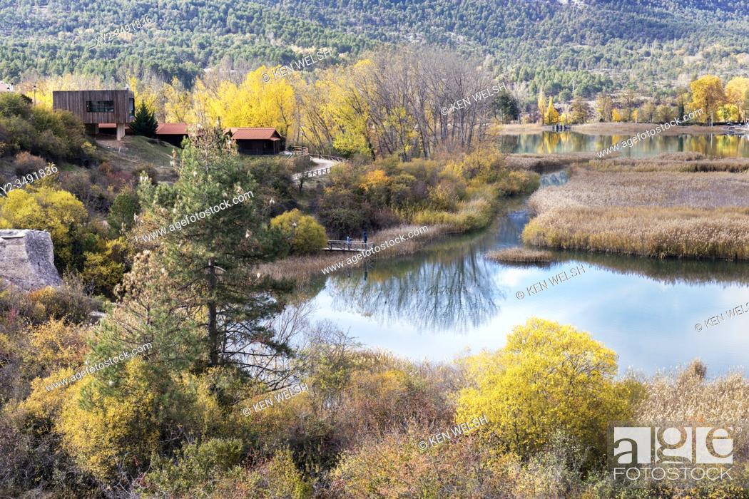 Photo de stock: Laguna de Uña, near the village of Uña, Cuenca Province, Castilla la Mancha, Spain. The lagoon forms a part of the Parque Natural Serranía de Cuenca.