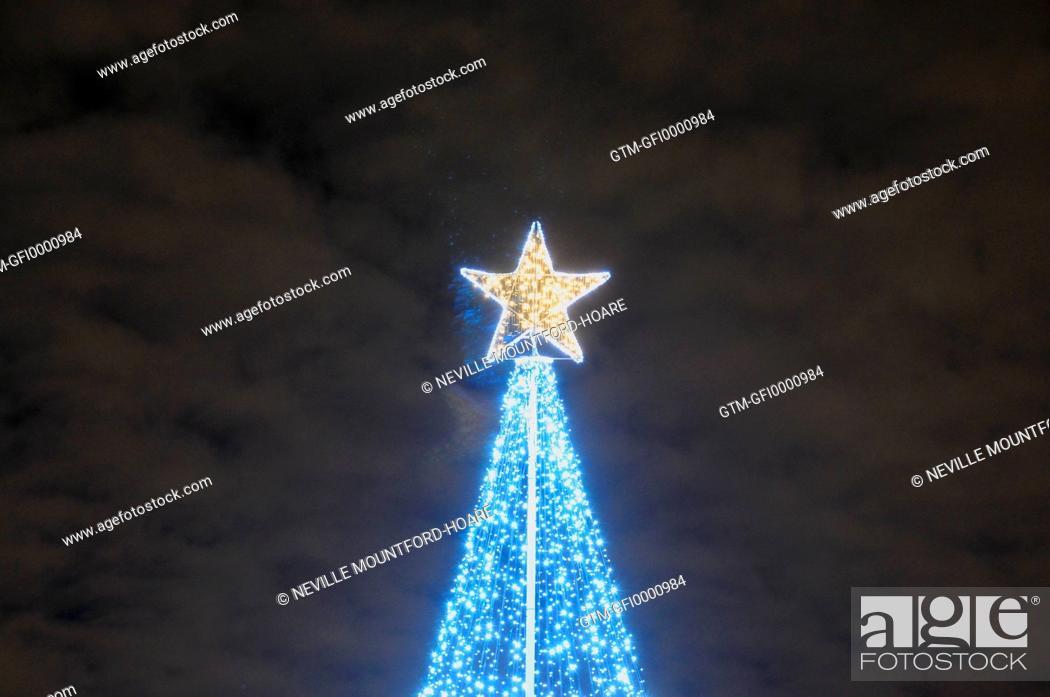 Imagen: Modern Christmas tree in Greenwich beneath moody sky.