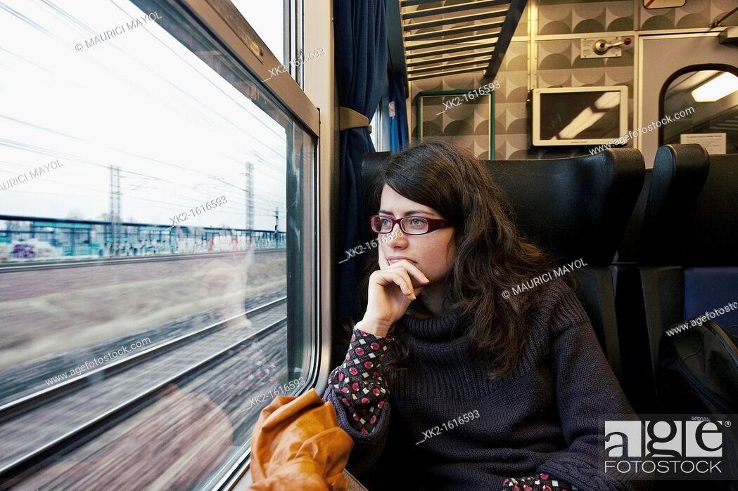 Stock Photo: Chica mirando por la ventana de un tren.