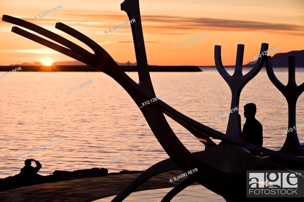 Imagen: People enjoying the midnight sun  Solfar sculpture, Reykjavik Iceland.