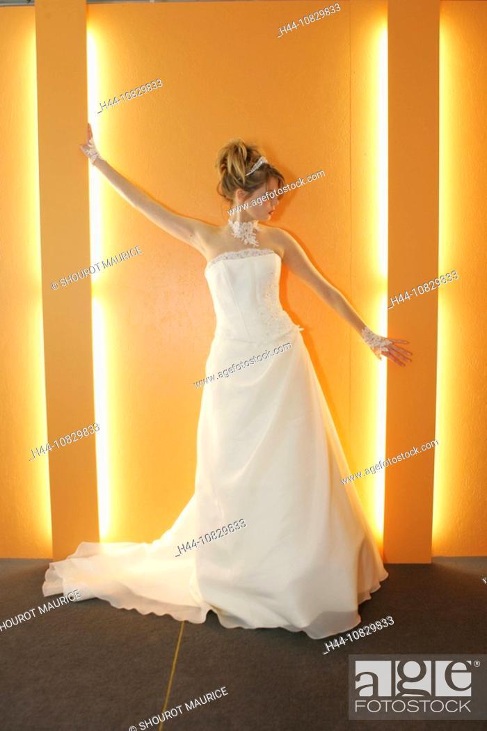 Imagen: bride, woman, Inside, whole figure, wedding dress, white, Posing, light, fashionable, in a modern style, modern, marri.