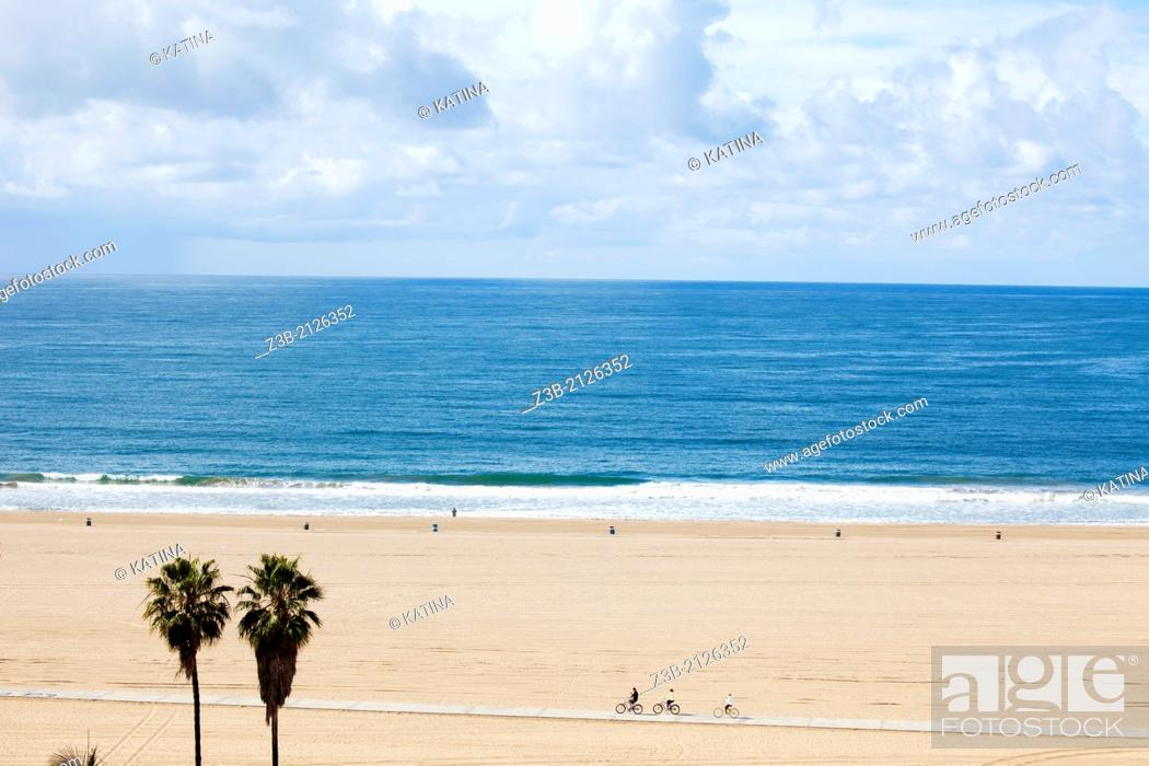 Imagen: Horizontal aerial view of Santa Monica beach, as seen from the cliffs at Palisades Park, with view of vast expanse of sand, Los Angeles, California, USA.