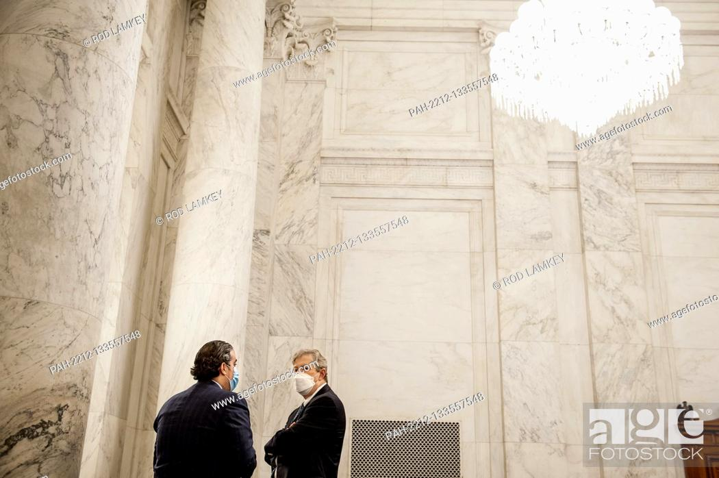 Photo de stock: United States Senator John Neely Kennedy (Republican of Louisiana), right, talks with US Senate staff prior to the US Senate Judiciary Committee markup of the.