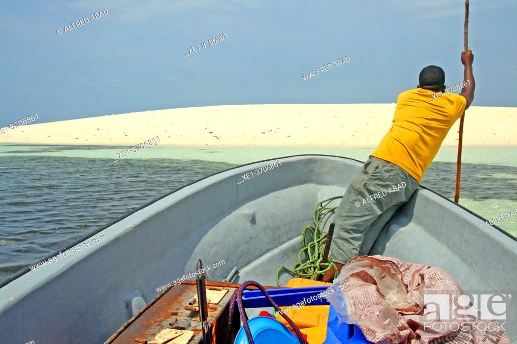 Photo de stock: white sand dune and boatman, Unguja island, Kizimkazi, Zanzibar.