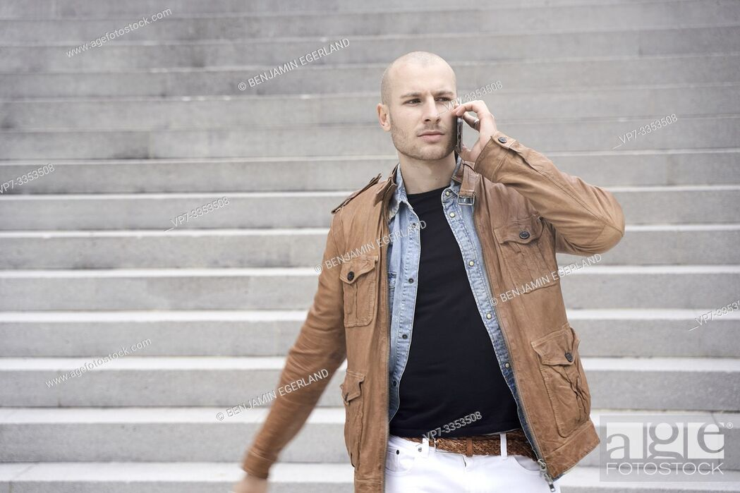 Imagen: urban man calling with phone in city.