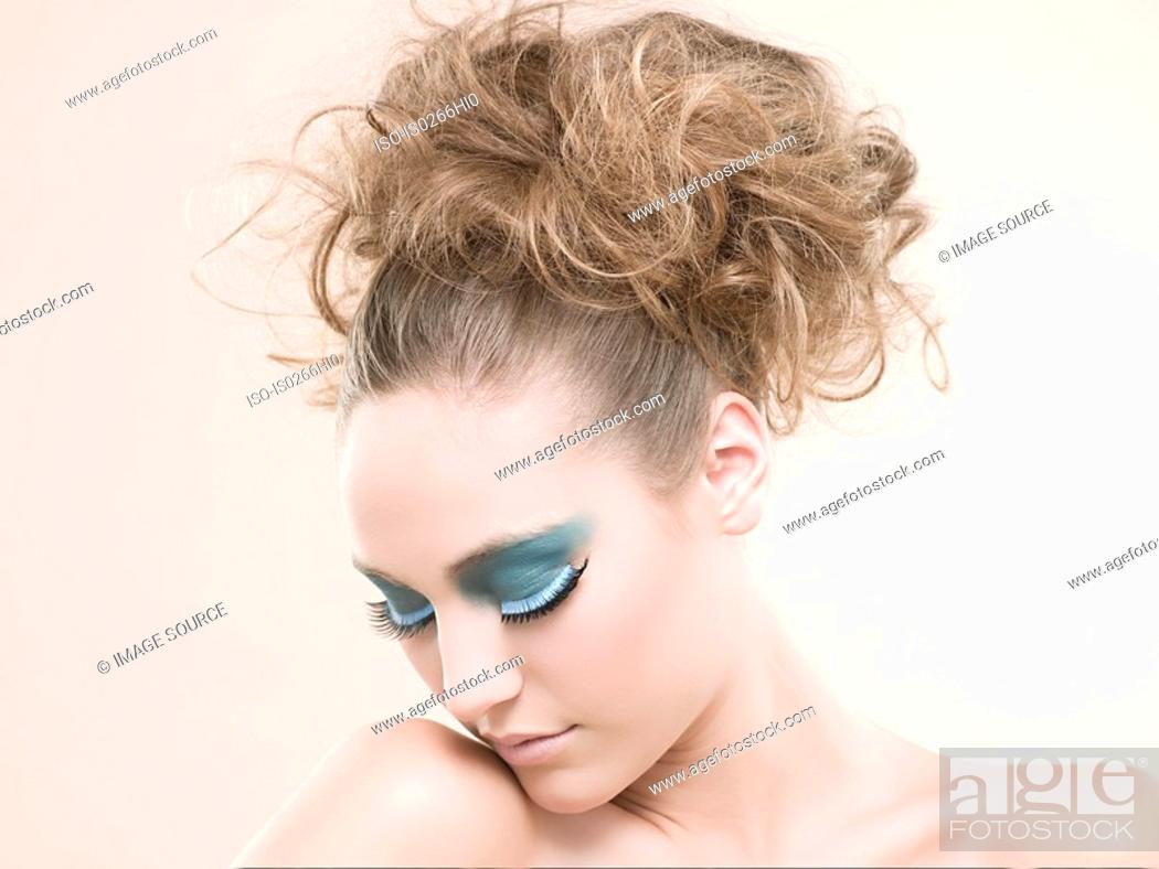Photo de stock: A young woman wearing false eyelashes.