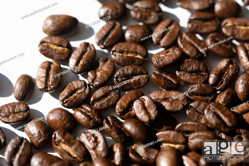 Imagen: Close up of a group of black coffee grains.