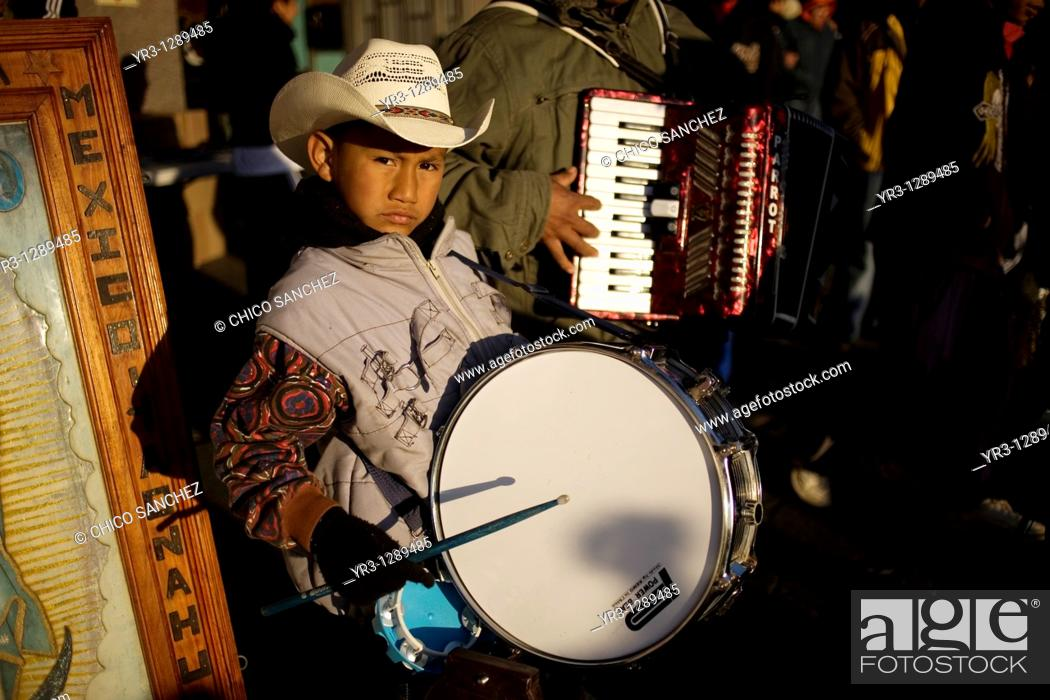 Photo de stock: A boy plays a drum with a Mexican northern style band outside the Our Lady of Guadalupe Basilica in Mexico City, December 10.