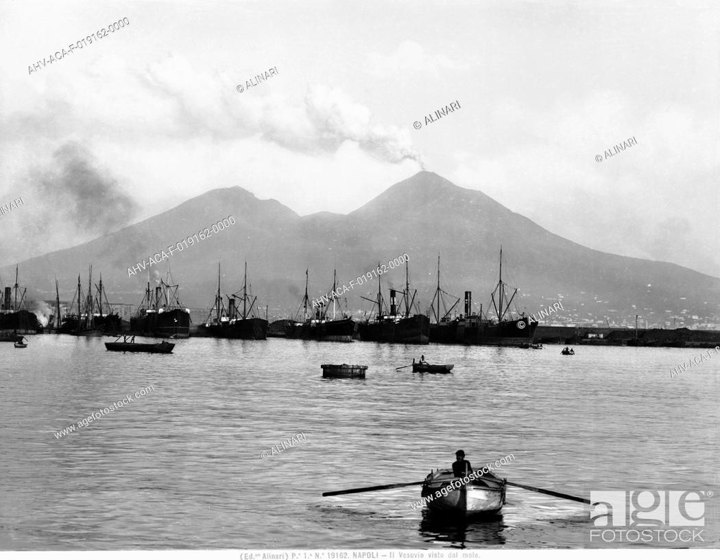 Imagen: Mount Vesuvius seen from the quay of Naples, shot 1915 - 1920 ca. by Alinari, Fratelli.