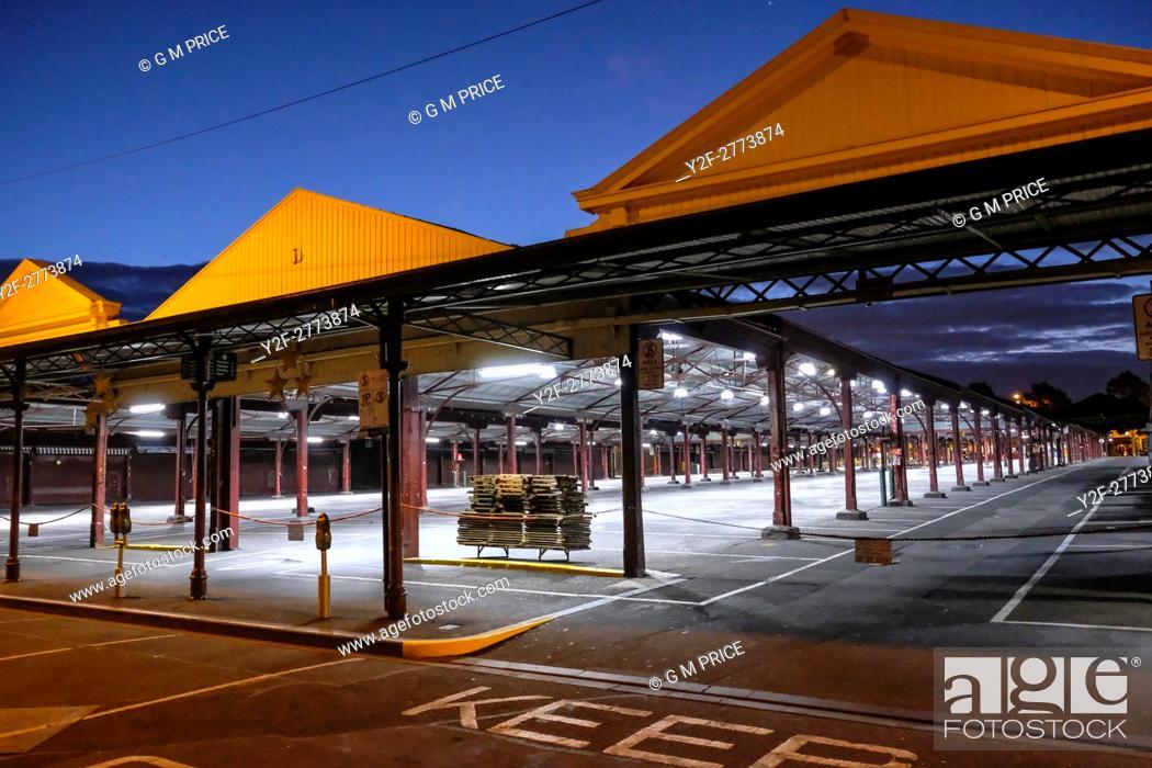Imagen: dusk view of empty Queen Victoria Market, Melbourne.