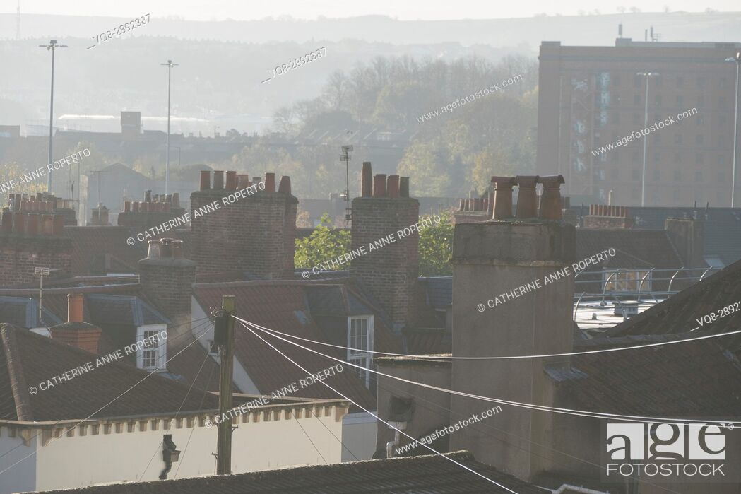 Imagen: Early morning summer haze over C18th rooftops and chimney pots with tobacco factory backdrop, Hotwells, Bristol, England, UK.
