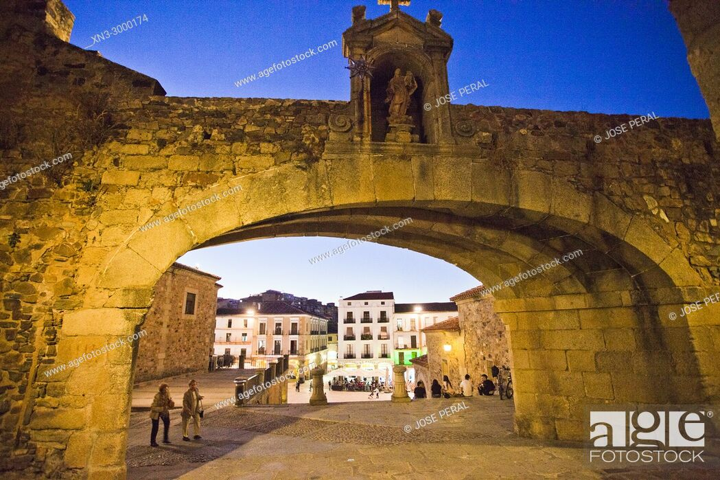 Imagen: Arc of the Star, Arco de la Estrella o Puerta Nueva, Main square from Arc of the Star Street, Plaza Mayor, Old Town of Cáceres, medieval town.