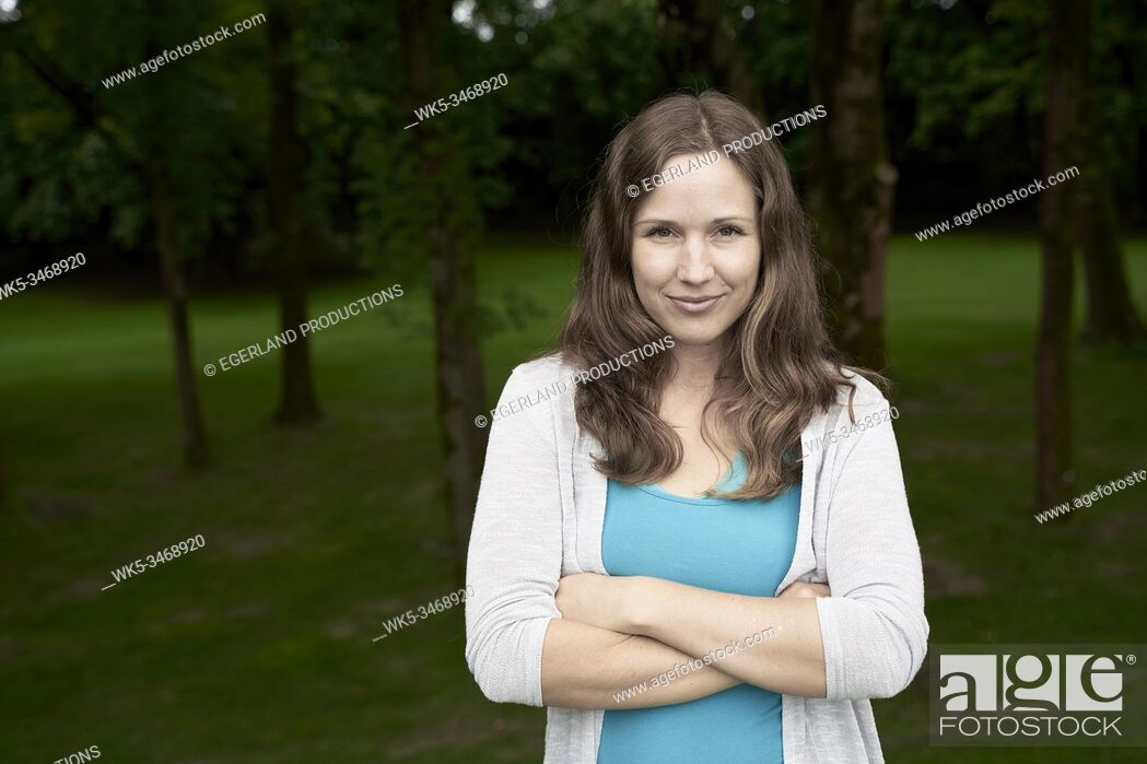 Imagen: Portrait of woman in park, with arms crossed. Munich, Germany.