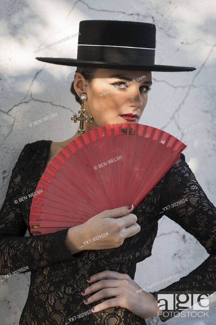 Imagen: Spanish woman in a typical flamenco dress.