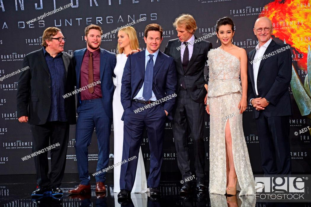 Photo de stock: Lorenzo di Bonaventura, Jack Reynor, Nicola Peltz, Mark Wahlberg, Michael Bay, Li BingBing and Ian Bryce at the European Premiere of Transformers 4 Age of.